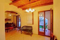 Гостиная. Греция, Каливес : Прекрасная вилла с бассейном и зеленым двориком с барбекю, 4 спальни, 2 ванные комнаты, парковка, Wi-Fi