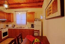 Кухня. Греция, Каливес : Прекрасная вилла с бассейном и зеленым двориком с барбекю, 4 спальни, 2 ванные комнаты, парковка, Wi-Fi