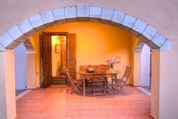 Терраса. Греция, Каливес : Прекрасная вилла с бассейном и зеленым двориком с барбекю, 2 спальни, парковка, Wi-Fi