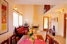 Гостиная. Греция, Каливес : Прекрасная вилла с бассейном и зеленым двориком с барбекю, 2 спальни, парковка, Wi-Fi
