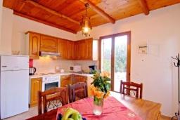 Кухня. Греция, Каливес : Прекрасная вилла с бассейном и зеленым двориком с барбекю, 2 спальни, парковка, Wi-Fi