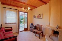 Гостиная. Греция, Каливес : Прекрасная вилла с бассейном и зеленым двориком с барбекю, 3 спальни, 2 ванные комнаты, парковка, Wi-Fi