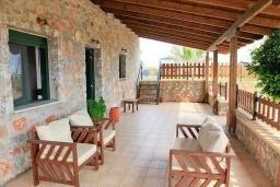 Терраса. Греция, Плакиас : Прекрасная вилла с бассейном и видом на море, 2 гостиные, 4 спальни, 3 ванные комнаты, парковка, Wi-Fi