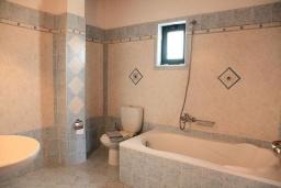 Ванная комната. Греция, Плакиас : Прекрасная вилла с бассейном и видом на море, 2 гостиные, 4 спальни, 3 ванные комнаты, парковка, Wi-Fi