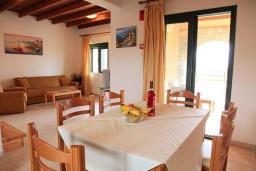 Гостиная. Греция, Плакиас : Прекрасная вилла с бассейном и видом на море, 2 гостиные, 4 спальни, 3 ванные комнаты, парковка, Wi-Fi