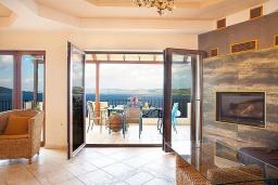 Гостиная. Греция, Каливес : Роскошная вилла с бассейном и шикарным видом на море, 150 метров до пляжа, 5 спален, 3 ванные комнаты, джакузи, барбекю, парковка, Wi-Fi
