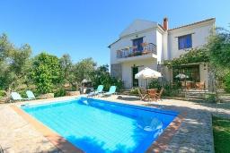Фасад дома. Греция, Малеме : Прекрасная вилла с двумя бассейнами и зеленым двориком с барбекю, 3 спальни, 2 ванные комнаты, джакузи, парковка, Wi-Fi