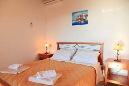 Спальня. Греция, Каливес : Роскошная вилла с бассейном и шикарным видом на море, 150 метров до пляжа, 2 спальни, 2 ванные комнаты, барбекю, парковка, Wi-Fi