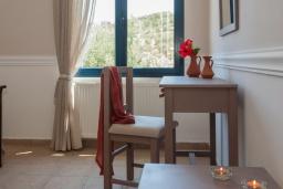 Спальня. Греция, Айя Марина : Прекрасная вилла с бассейном и зеленым двориком с барбекю, 3 спальни, 2 ванные комнаты, парковка, Wi-Fi