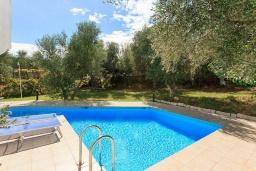 Бассейн. Греция, Айя Марина : Прекрасная вилла с бассейном и зеленым двориком с барбекю, 3 спальни, 2 ванные комнаты, парковка, Wi-Fi