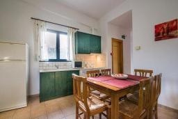 Кухня. Греция, Айя Марина : Прекрасная вилла с бассейном и зеленым двориком с барбекю, 3 спальни, 2 ванные комнаты, парковка, Wi-Fi