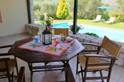 Терраса. Греция, Каливес : Прекрасная вилла с бассейном и зеленым двориком с барбекю, 3 спальни, 2 ванные комнаты, парковка, Wi-Fi