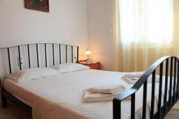 Спальня. Греция, Каливес : Прекрасная вилла с бассейном и зеленым двориком с барбекю, 3 спальни, 2 ванные комнаты, парковка, Wi-Fi