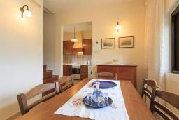 Обеденная зона. Греция, Коккино Хорио : Роскошная вилла с бассейном и зеленым двориком с барбекю, 4 спальни, 2 ванные комнаты, парковка, Wi-Fi