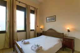 Спальня. Греция, Коккино Хорио : Роскошная вилла с бассейном и зеленым двориком с барбекю, 4 спальни, 2 ванные комнаты, парковка, Wi-Fi