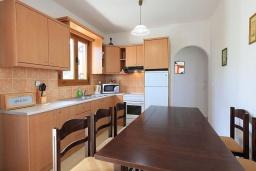Кухня. Греция, Аделе : Шикарная вилла с бассейном и видом на море, 3 спальни, 2 ванные комнаты, зеленый сад, барбекю, парковка, Wi-Fi