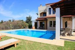 Фасад дома. Греция, Коккино Хорио : Роскошная вилла с бассейном и зеленым двориком с барбекю, 4 спальни, 2 ванные комнаты, парковка, Wi-Fi