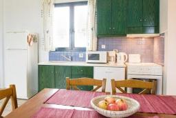 Кухня. Греция, Айя Марина : Прекрасная вилла с бассейном и зеленым садом с барбекю, 3 спальни, 2 ванные комнаты, парковка, Wi-Fi