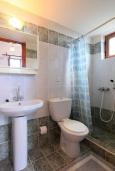 Ванная комната. Греция, Аделе : Шикарная вилла с бассейном и видом на море, 2 спальни, 2 ванные комнаты, зеленый сад, барбекю, парковка, Wi-Fi