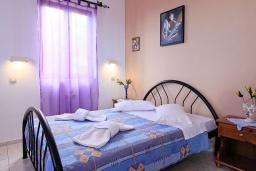 Спальня. Греция, Аделе : Шикарная вилла с бассейном и видом на море, 2 спальни, 2 ванные комнаты, зеленый сад, барбекю, парковка, Wi-Fi