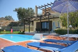 Фасад дома. Греция, Аделе : Шикарная вилла с бассейном и видом на море, 3 спальни, 2 ванные комнаты, зеленый сад, барбекю, парковка, Wi-Fi
