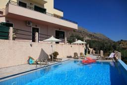 Фасад дома. Греция, Ираклион : Роскошная вилла с большим бассейном, 2 кухни, 5 спален, 3 ванные комнаты, игровая комната, барбекю, парковка, Wi-Fi