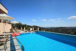 Бассейн. Греция, Ираклион : Роскошная вилла с большим бассейном, 2 кухни, 5 спален, 3 ванные комнаты, игровая комната, барбекю, парковка, Wi-Fi