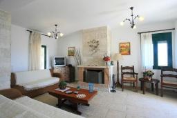 Гостиная. Греция, Ираклион : Роскошная вилла с большим бассейном, 2 кухни, 5 спален, 3 ванные комнаты, игровая комната, барбекю, парковка, Wi-Fi