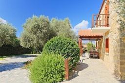 Территория. Греция, Малеме : Каменный дом с бассейном и зеленым садом с барбекю, 2 спальни, парковка, Wi-Fi