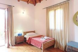 Спальня. Греция, Малеме : Каменный дом с бассейном и зеленым садом с барбекю, 2 спальни, парковка, Wi-Fi