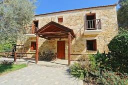 Фасад дома. Греция, Малеме : Каменный дом с бассейном и зеленым садом с барбекю, 2 спальни, парковка, Wi-Fi