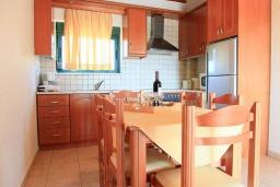 Кухня. Греция, Каливес : Роскошная вилла с бассейном и шикарным видом на море, 150 метров до пляжа, 2 спальни, 2 ванные комнаты, барбекю, парковка, Wi-Fi