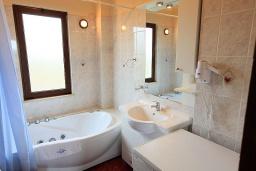 Ванная комната. Греция, Малеме : Прекрасная вилла с двумя бассейнами и зеленым двориком с барбекю, 4 спальни, 3 ванные комнаты, джакузи, парковка, Wi-Fi