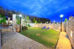 Территория. Греция, Малеме : Прекрасная вилла с двумя бассейнами и зеленым двориком с барбекю, 4 спальни, 3 ванные комнаты, джакузи, парковка, Wi-Fi