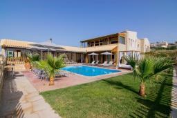 Фасад дома. Греция, Скалета : Роскошная вилла с большим бассейном и зеленым двориком, 50 метров до пляжа, 6 спален, 6 ванных комнат, барбекю, джакузи, парковка, Wi-Fi