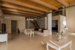 Гостиная. Греция, Скалета : Роскошная вилла с большим бассейном и зеленым двориком, 50 метров до пляжа, 6 спален, 6 ванных комнат, барбекю, джакузи, парковка, Wi-Fi