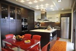 Кухня. Греция, Скалета : Роскошная вилла с бассейном и зеленым двориком с барбекю, 5 спален, 3 ванные комнаты, парковка, Wi-Fi