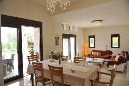 Гостиная. Греция, Скалета : Роскошная вилла с бассейном и зеленым двориком с барбекю, 5 спален, 3 ванные комнаты, парковка, Wi-Fi