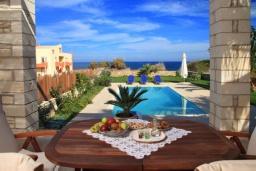 Бассейн. Греция, Скалета : Роскошная вилла с бассейном и видом на море, 100 метров до пляжа, 2 спальни, барбекю, сад, парковка, Wi-Fi