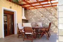 Обеденная зона. Греция, Скалета : Роскошная вилла с бассейном и видом на море, 100 метров до пляжа, 2 спальни, барбекю, сад, парковка, Wi-Fi