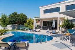 Фасад дома. Греция, Ретимно : Современная вилла с большим бассейном и зеленым садом, 4 спальни, 2 ванные комнаты, барбекю, детская площадка, парковка, Wi-Fi