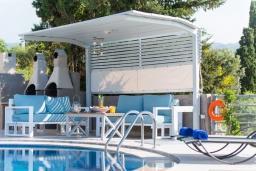 Зона отдыха у бассейна. Греция, Ретимно : Современная вилла с большим бассейном и зеленым садом, 4 спальни, 2 ванные комнаты, барбекю, детская площадка, парковка, Wi-Fi