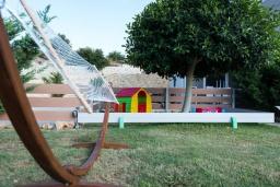Детская площадка. Греция, Ретимно : Современная вилла с большим бассейном и зеленым садом, 4 спальни, 2 ванные комнаты, барбекю, детская площадка, парковка, Wi-Fi