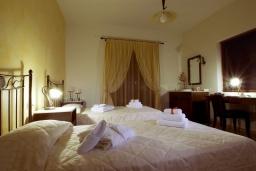 Спальня. Греция, Ираклион : Роскошная вилла с большим бассейном и зеленой территорией, 6 спален, 6 ванных комнат, барбекю, парковка, Wi-Fi
