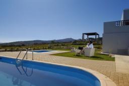 Бассейн. Греция, Ираклион : Роскошная вилла с большим бассейном и зеленой территорией, 6 спален, 6 ванных комнат, барбекю, парковка, Wi-Fi