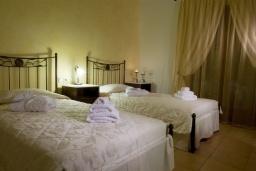Спальня 4. Греция, Ираклион : Роскошная вилла с большим бассейном и зеленой территорией, 6 спален, 6 ванных комнат, барбекю, парковка, Wi-Fi