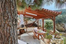 Терраса. Греция, Ираклион : Шикарная вилла с бассейном и зеленым двориком, 5 спален, 3 ванные комнаты, барбекю, парковка, Wi-Fi