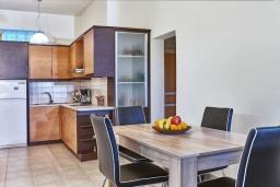 Кухня. Греция, Ираклион : Шикарная вилла с бассейном и зеленым двориком, 5 спален, 3 ванные комнаты, барбекю, парковка, Wi-Fi