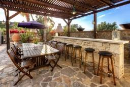 Терраса. Греция, Сиси : Роскошная вилла с бассейном и зеленым двориком, 6 спален, 2 ванные комнаты, барбекю, парковка, Wi-Fi