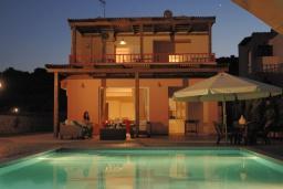 Фасад дома. Греция, Сиси : Прекрасная вилла с бассейном и зеленым двориком, 3 спальни, 2 ванные комнаты, барбекю, парковка, Wi-Fi